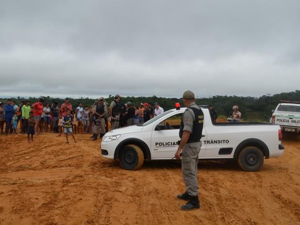 PM retirou famílias de área terra (Foto: Genival Moura/G1)