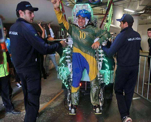 """Juliano Pinto, de 29 anos, que é paraplégico, deu um """"chute simbólico"""" em uma bola de futebol na abertura da Copa do Mundo, na Arena Corinthians. Ele utilizou o exoesqueleto, equipamento desenvolvido pela equipe do neurocientista brasileiro Miguel Nicolelis (Foto: Reginaldo Castro/Estadão Conteúdo)"""