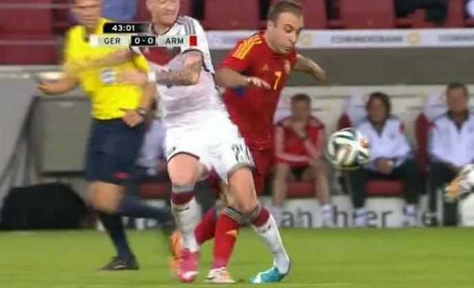 Reus, da Alemanha, torce o tornozelo em amistoso (Foto: Reprodução)