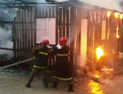 Bombeiros agiram para tentar conter as chamas. (Foto: TV Juruá)