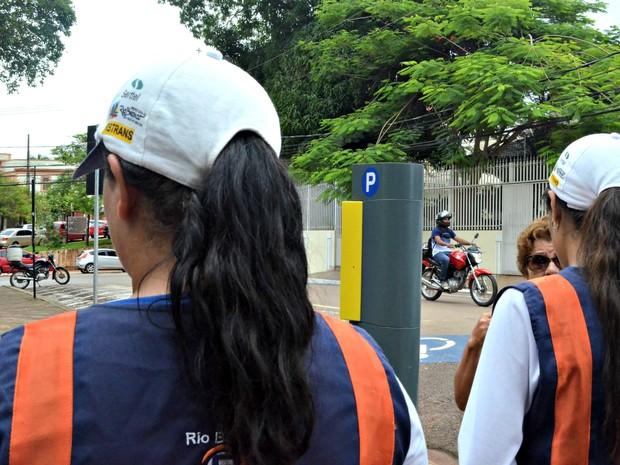 Monitoras temem fazer boletim de ocorrência contra flanelinhas. (Foto: Veriana Ribeiro/G1)