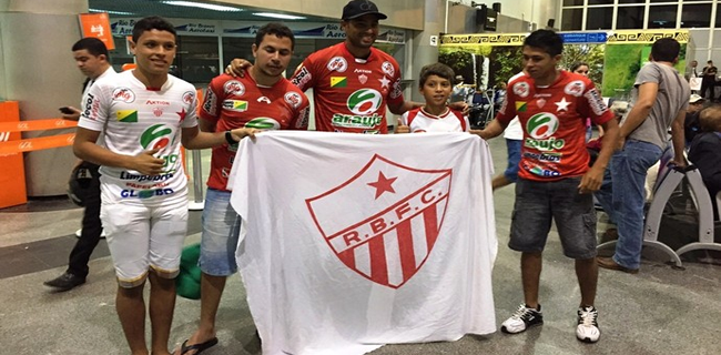 Zagueiro foi recebido por grupo de torcedores ao desembarcar na capital acreana (Foto: Divulgação/Rio Branco FC)