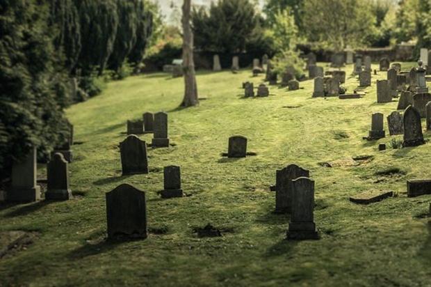 uma-viuva-de-68-anos-morreu-junto-de-seu-marido-ela-havia-se-deitado-na-sepultura-do-companheiro-antes-de-falecer