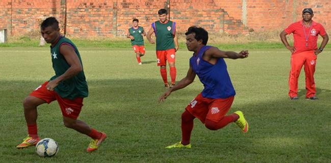 Zezito observa movimentação dos jogadores durante coletivo no CT José de Melo (Foto: Duaine Rodrigues
