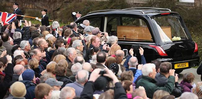 Caixão com restos mortais do monarca Ricardo 3º é levado da universidade de Leicester Foto: Christopher Furlong / Getty Images