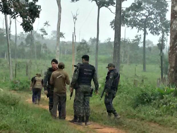 O operador do trator que estava no local foi conduzido à delegacia de Xapuri (Foto: Divulgação da polícia)