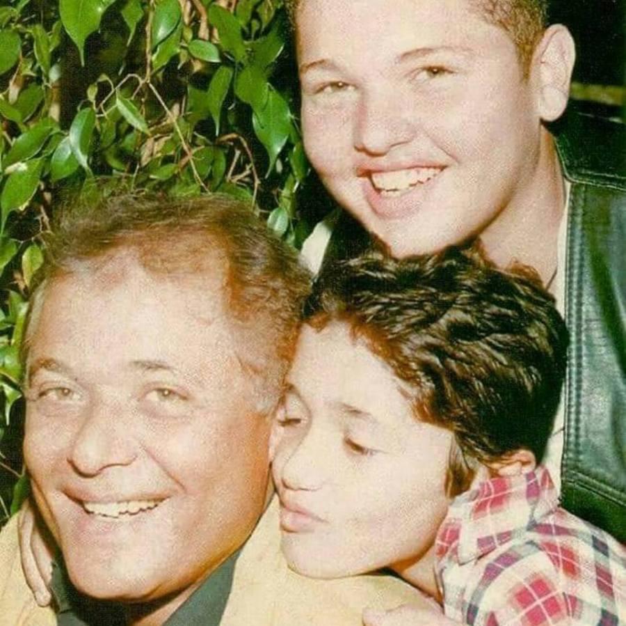 صورة محمد وكريم محمود عبد العزيز مع والده بمرحلة الطفولة