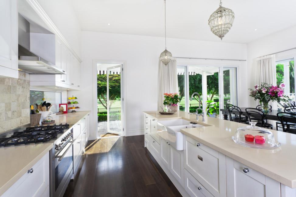 Amplia cocina blanca con encimera beige Fotos para que te