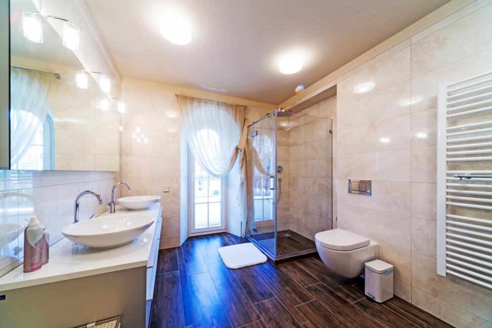 Bao con suelo de madera y paredes en mrmol Fotos para que te inspires  3Presupuestos