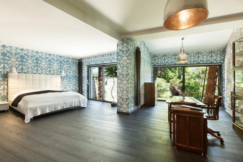 Dormitorio con paredes estampadas y suelo de madera Fotos para que te inspires  3Presupuestos