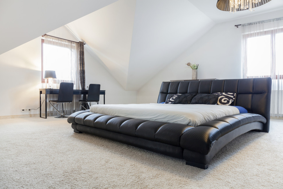 Dormitorio minimalista con cama de grandes dimensiones Fotos para que te inspires  3Presupuestos