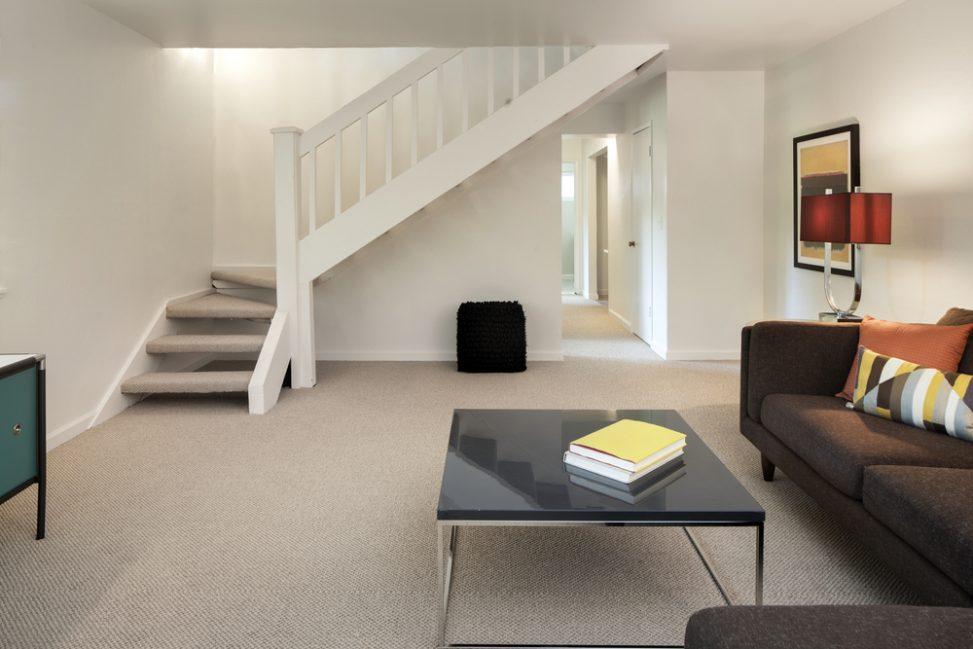 Saln moderno con escalera en ele Fotos para que te inspires  3Presupuestos