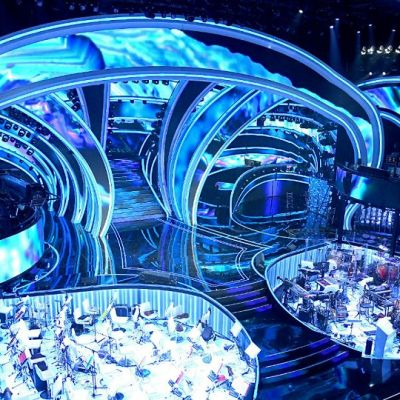 L'Ufficio Stampa Rai ha diffuso la prima immagine di Sanremo 2020. Un omaggio al passato, anche ammiccando un po' a Broadway. In questo spazio danza la luce