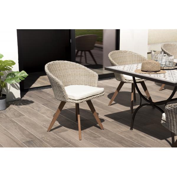 chaise de jardin en rotin synthetique couleur naturelle avec coussin ecru pieds en bois acacia