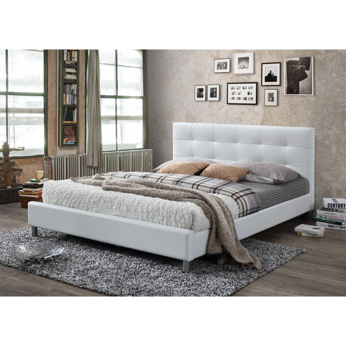 lit blanc avec tete de lit capitonnee