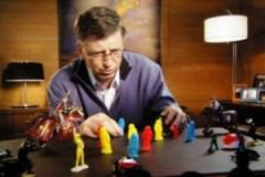 Bill Gates speelt met plastic poppetjes