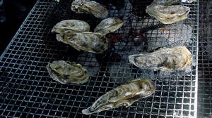 牡蠣の美味しい焼き方は「平面を3分くらい焼いてから裏返して焼くと爆発もしにくい」