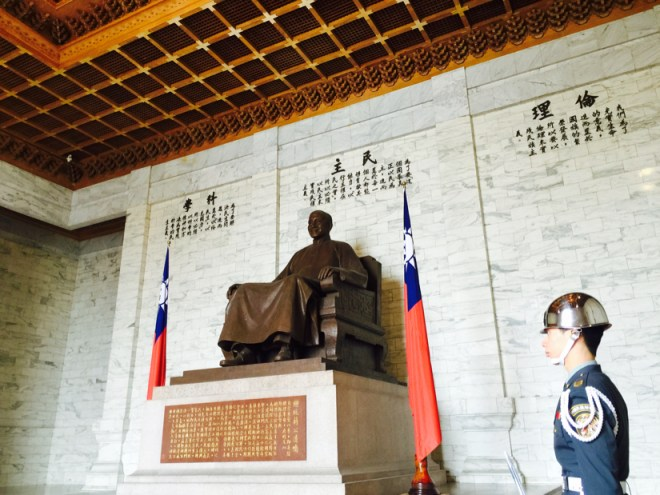 蒋介石座像と儀仗隊