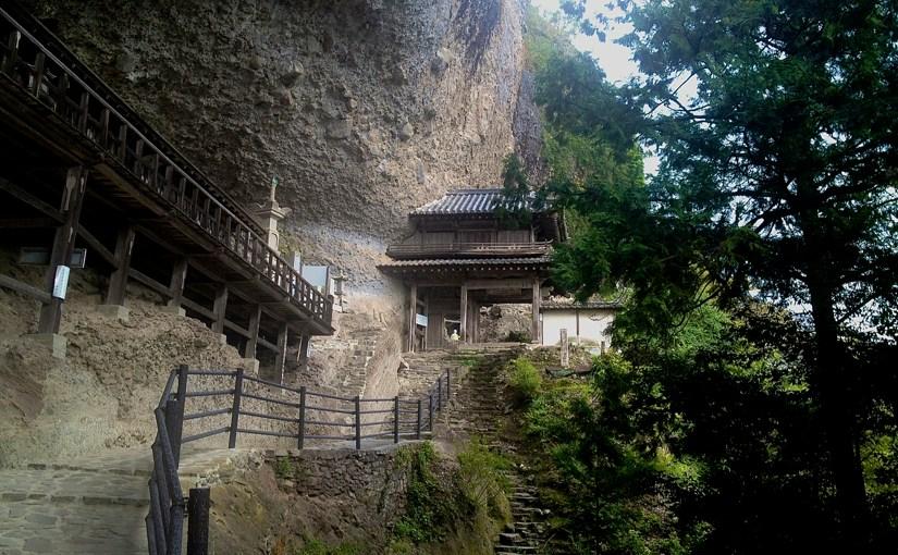 大分県中津市の羅漢寺は岸壁に埋め込まれたお寺だった