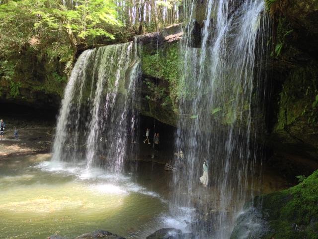 熊本県小国町の鍋ヶ滝は美しい水のカーテン