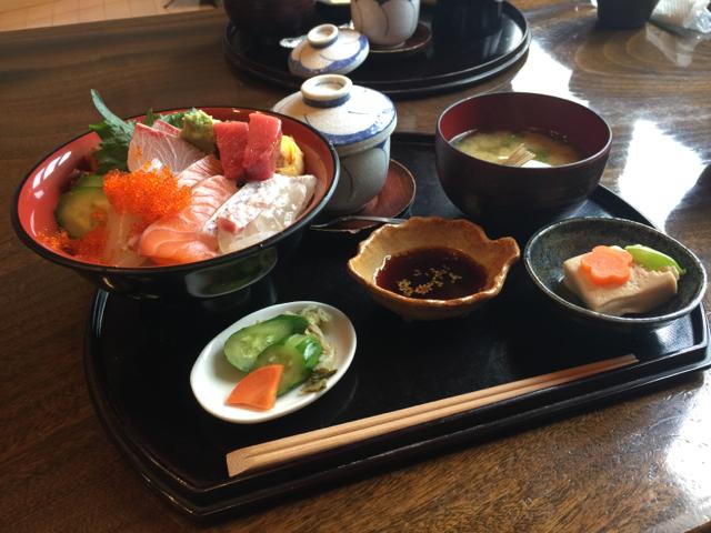 福岡県糸島市加布里の「塚本鮮魚店」の海鮮丼はお得感一杯