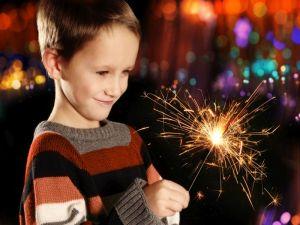 مخاطر الألعاب النارية ومخاطر يتعرض لها طفلك في العيد