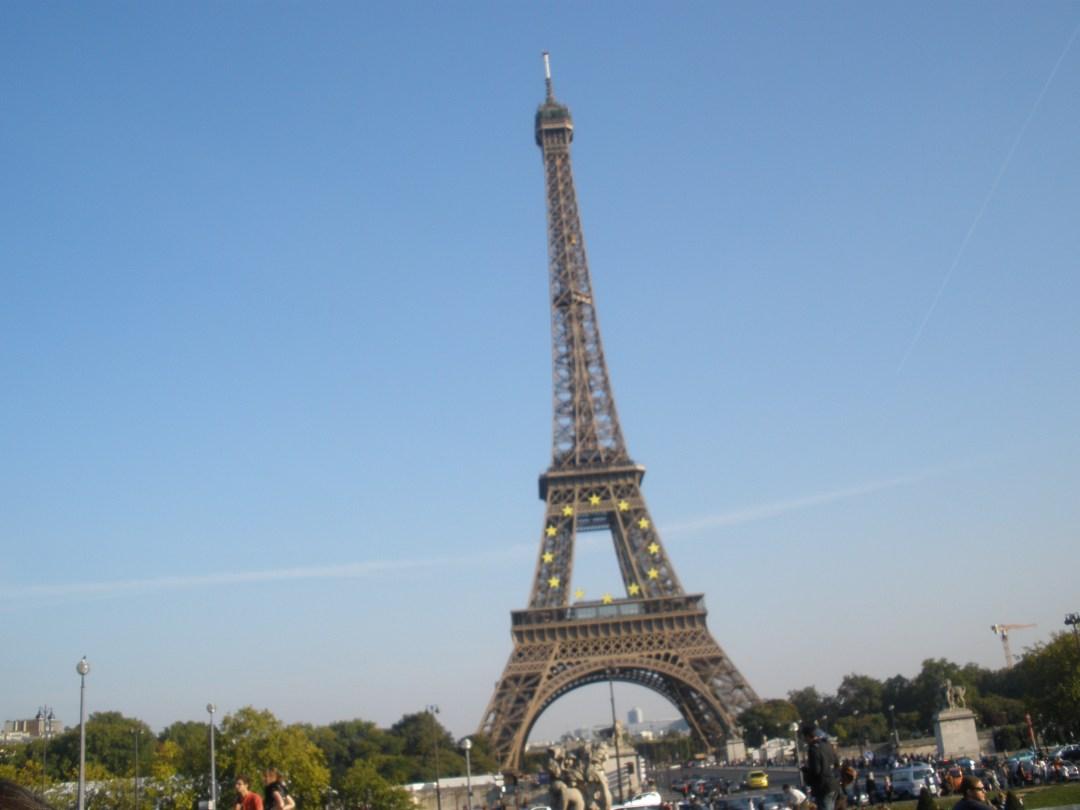 Foto da Torre Eiffel com um belo céu azul