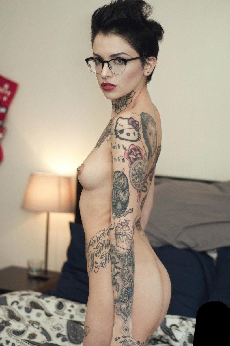 Magnifique brune Emo  lunettes qui pose nue  4plaisircom