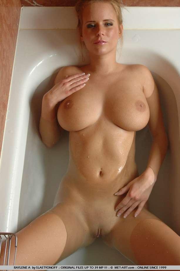 Femmes  gros seins sous la douche  4plaisircom