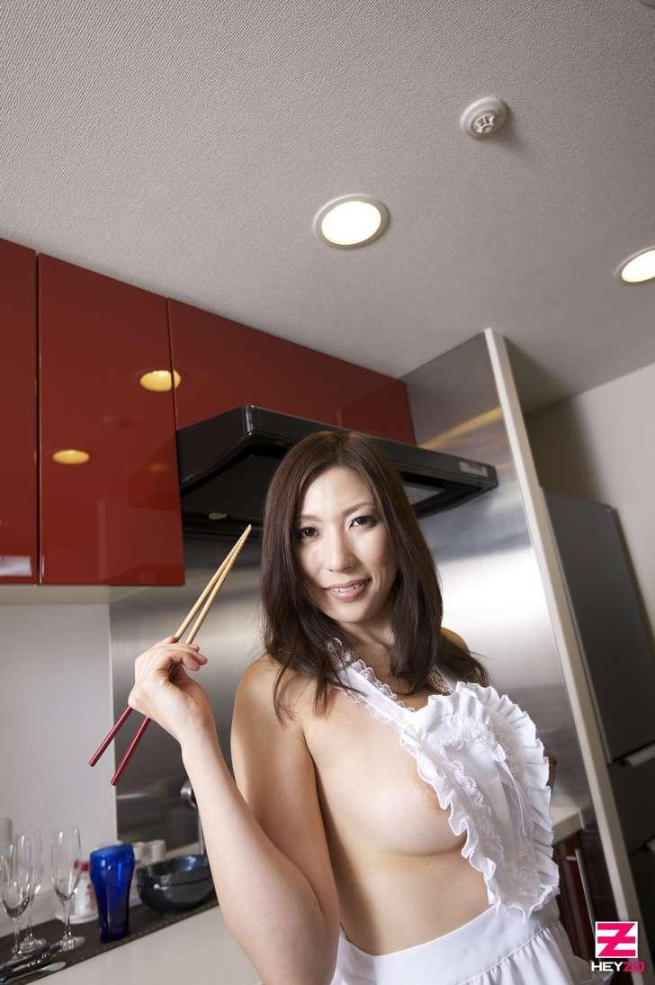 Une MILF japonaise nue joue la salope dans sa cuisine et dans sa chambre  4plaisircom