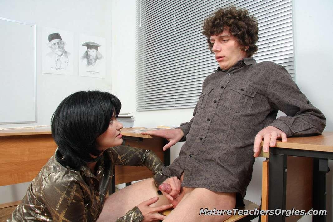 Prof mature baise avec un jeune dans la salle de classe  4plaisircom