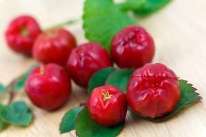 Einige Acerola Kirschen