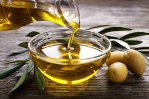 Eine Schüssel Olivenöl