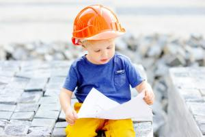 Kind im Bauarbeiterlook