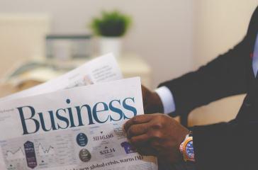 Geschäftsmann liest Zeitung