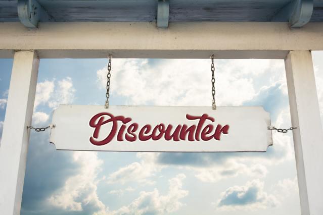 Schild mit Discounter