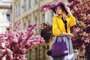 Elegante Frau mit Handtasche