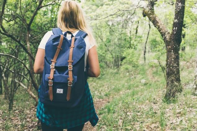 Frau mit Rucksack im Wald