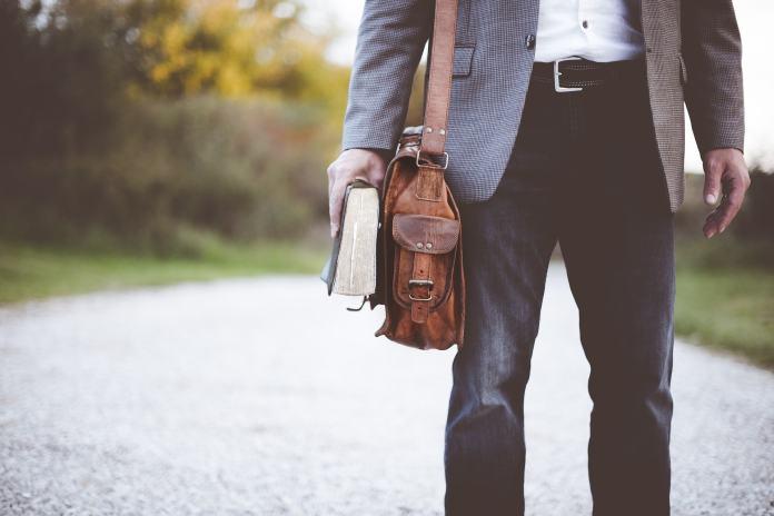 Ein Lehrer mit einer Tasche