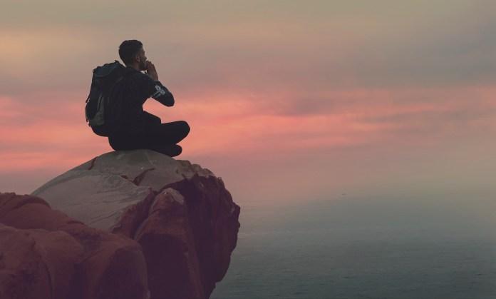 Meditieren beim Sonnenuntergang