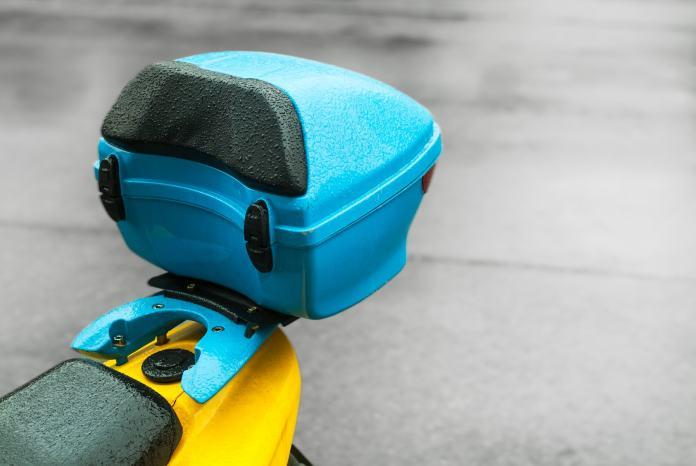 Ein blauer Motorradkoffer