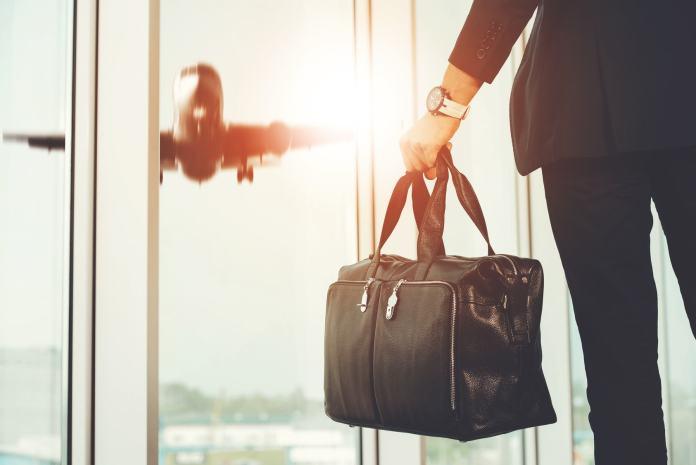 Reisetasche und Flugzeug