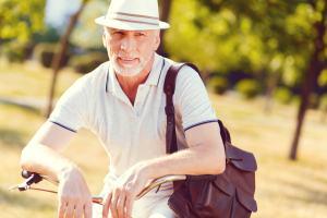 Älterer Herr mit Rucksack