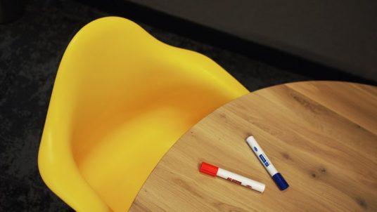Gelber Stuhl und Tisch
