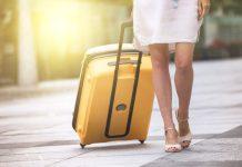 Frau mit gelbem Trolley