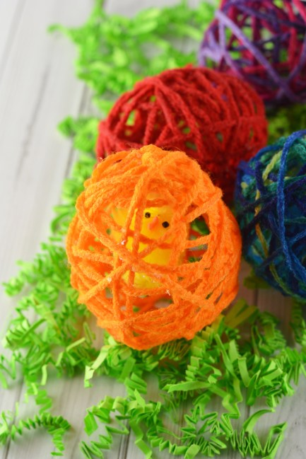 Create Yarn Easter or Spring Eggs with your kids! A great kid's craft activity! diy