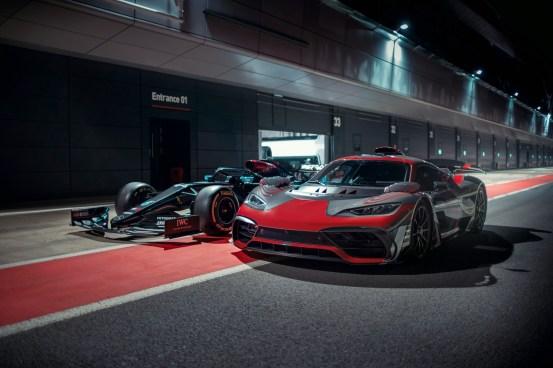 Ο Lewis Hamilton στο τιμόνι του Mercedes-AMG Project One (+ βίντεο)