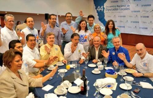 Diputados de Acción Nacional conel gobernador Vega y el ex mandatario y hoy senador Ernesto Ruffo Appel (Foto: Cortesía).