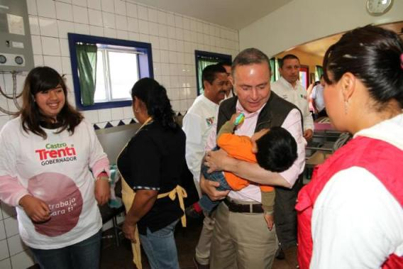 """Durante su estancia en Puerta de Fe, Fernando Castro, entonces candidato del PRI al gobierno de BC, dijo que se deben orientar políticas públicas para ser el Estado """"padre adoptivo"""" de los niños sin padres (Foto: archivo)."""