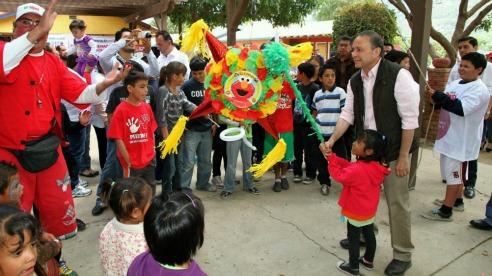 Durante su campaña a la gubernatura de Baja California Francisco Castro Trenti realizó un acto proselitista en Casa de Fe. Los problemas de los niños le pasaron desapercibidos (Foto: archivo)